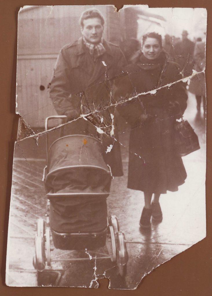 Dominique Duvivier dans le landeau et ses parents